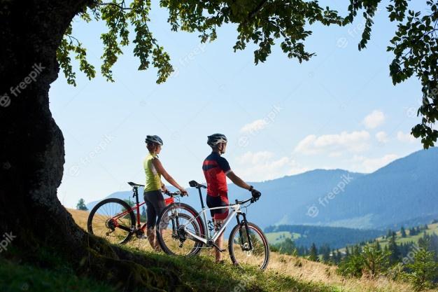 cyclists-couple-admiring-views_10069-4601